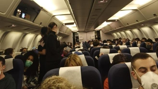 Así se propaga la Covid por un avión: un brote en un vuelo a Irlanda acabó  provocando 59 contagios