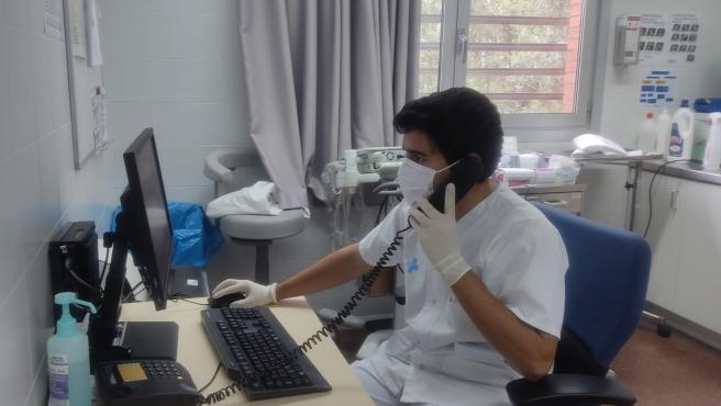 Un médico de Atención Primaria en un centro de salud de Girona durante una cita telefónica.