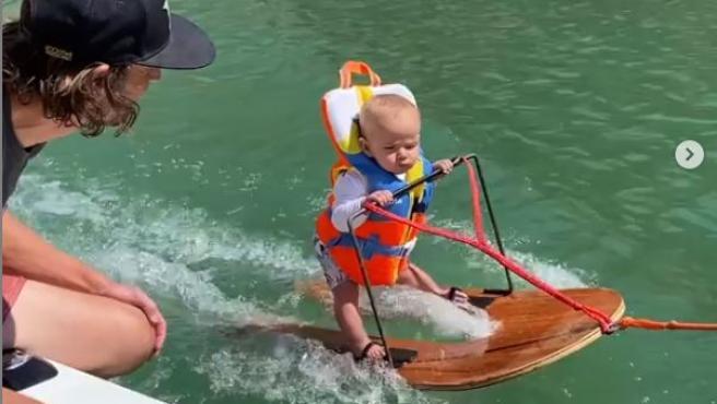 Rich, el bebé de seis meses que practica esquí acuático.