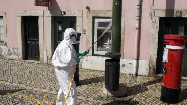Un trabajador desinfecta las calles de Portugal.