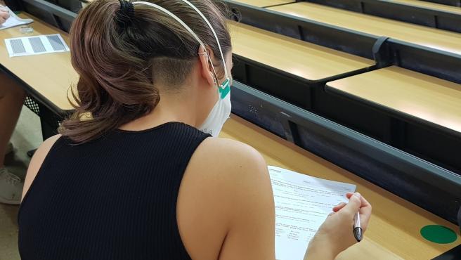 Una alumna realiza una prueba de acceso a la universidad.