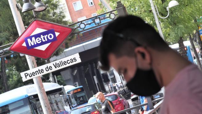 Las nuevas restricciones a la movilidad que afectan a 37 áreas sanitarias de la Comunidad de Madrid en las que residen cerca de 900.000 personas arrancan este lunes. La presidente regional, Isabel Díaz Ayuso, anunció el pasado viernes las medidas para intentar contener el avance del coronavirus en las zonas más afectadas de la comunidad, que corresponde, sobre todo, a barrios situados en el sur. El Ejecutivo autonómico ha insistido en que no se trata de un confinamiento en el sentido más estricto porque supondría una catástrofe económica pero entonces, ¿qué podrán hacer y qué no los residentes en las áreas sanitarias afectadas?