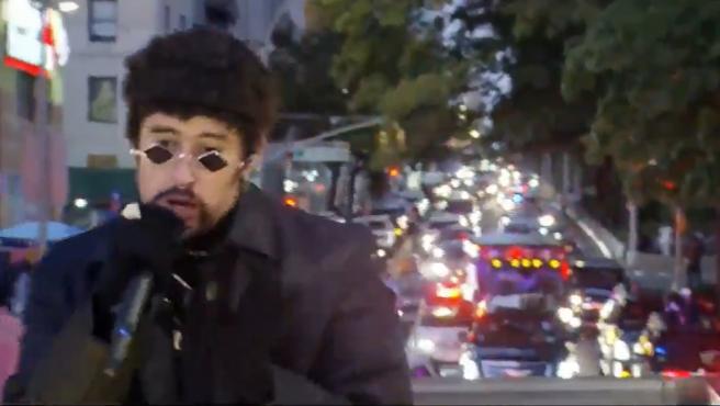 Bad Bunny, escoltado por la policía de Nueva York, durante su concierto a bordo de un camión.