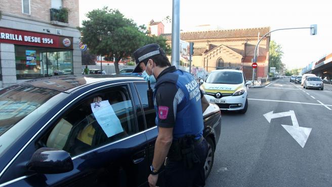 Control policial en Vallecas el primer día de las nuevas restricciones en 37 zonas de Madrid.