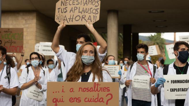 MIR manifestándose delante del Departamento de Salud.