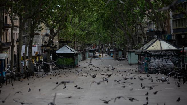 La Rambla de Barcelona amanece vacía el 23 de abril del 2020 debido a la crisis del Covid-19 y al confinamiento.