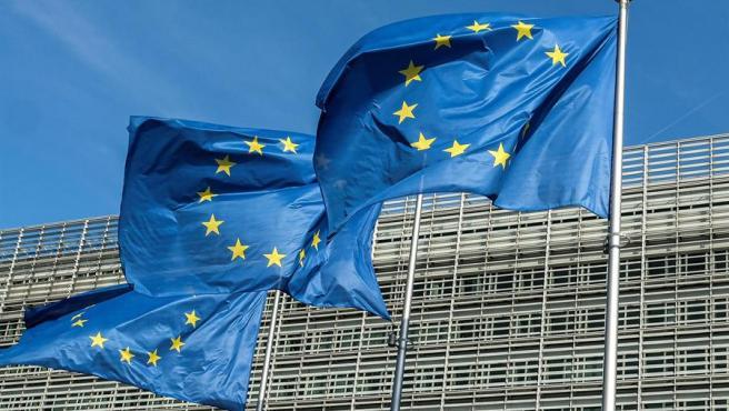 Tres banderas de la UE ondean frente al edificio Berlaymont, sede de la Comisión Europea en Bruselas.
