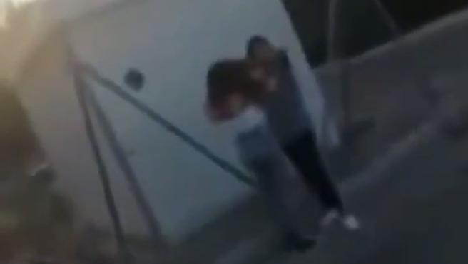 La Policía Nacional ha detenido a la menor de 14 años que agredió a otra en Jaén y ha identificado a otras dos que se reían sentadas, comiendo pipas, mientras la escena era grabada con un móvil.