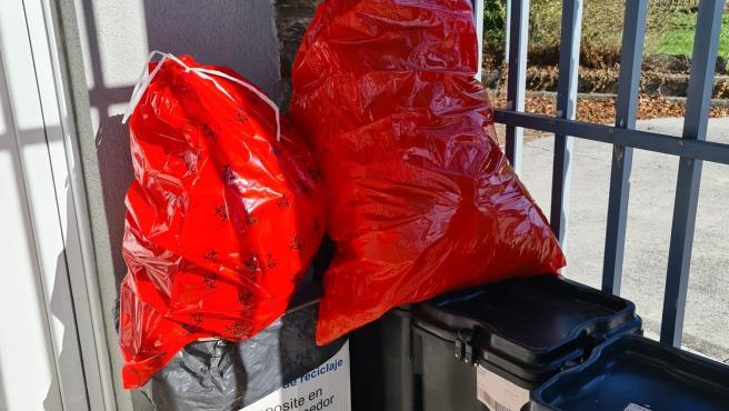 Desperdicios acumulados en el PAC de Outeiro de Rei.