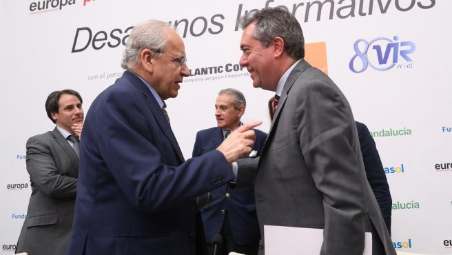 El alcalde de Sevilla Juan Espadas, junto al exvicepresidente del Gobierno Alfonso Guerra, en un desayuno informativo
