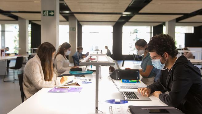 Estudiantes en la biblioteca de la Universidad de Navarra