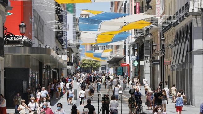 Imagen de la calle Preciados desde la Puerta del Sol en Madrid (España), a 29 de junio de 2020. El calor pone desde este lunes en aviso a una quincena de provincias de Andalucía, Castilla y León, Castilla-La Mancha, Extremadura y Madrid, por temperaturas