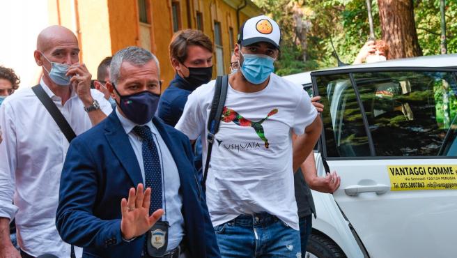El delantero uruguayo, a su llegada a Perugia para realizar el examen de italiano.