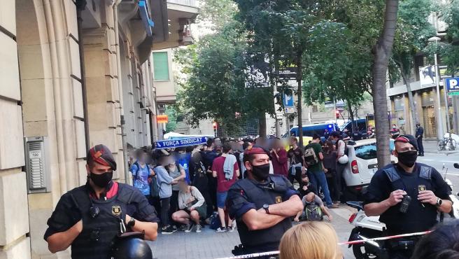 Mossos y activistas en el intento de desalojo de un piso de Còrsega 178.