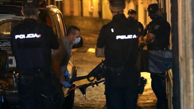 Miembros de la Policía Nacional y la policía científica, en la calle Loureiros de Santiago de Compostela, donde un hombre estranguló hasta la muerte a su sobrino de tres años.