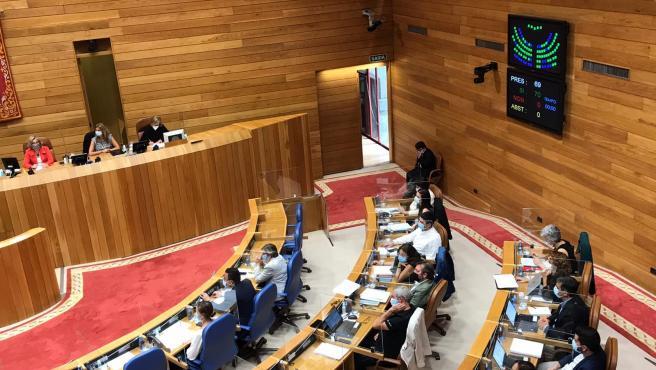 Votación unánime en el primer pleno de la XI Legislatura del Parlamento gallego.