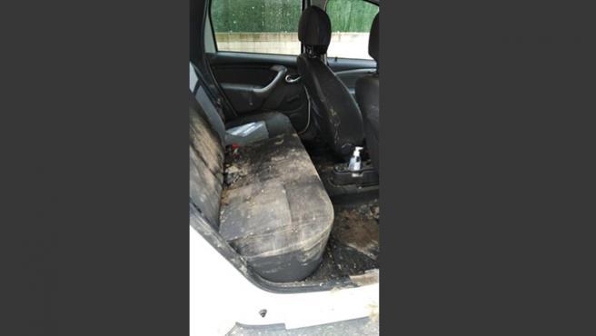 Así ha quedado el coche policial tras los incidentes.