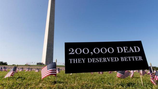 Banderas colocadas junto al Obelisco, en Washington DC, como homenaje a las víctimas de la pandemia de COVID-19 en EE UU.