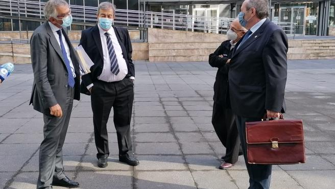 Francisco Álvarez Cascos en la entrada a los juzgados de Oviedo acompañado de su abogado.