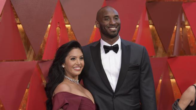 Kobe Bryant posa con su esposa, Vanessa Laine Bryant.