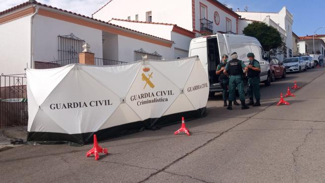 La Guardia Civil en el domicilio del detenido por la muerte de Manuela Chavero