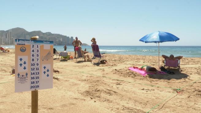 La playa de Benidorm (Alicante) con medidas de seguridad contra el coronavirus