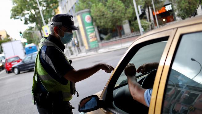 La Policía de Madrid, este miércoles, controlando los accesos y salidas en zonas con restricciones.