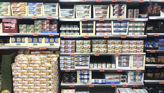 Lineal con berberechos y mejillones en un supermercado de Mercadona.