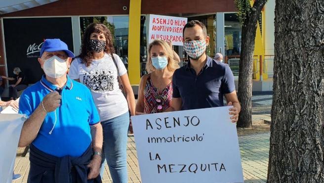 Los ediles de Adelante en la protesta ante Fibes