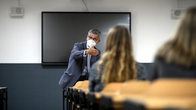 Un profesor da clase con mascarilla en la universidad (Archivo)