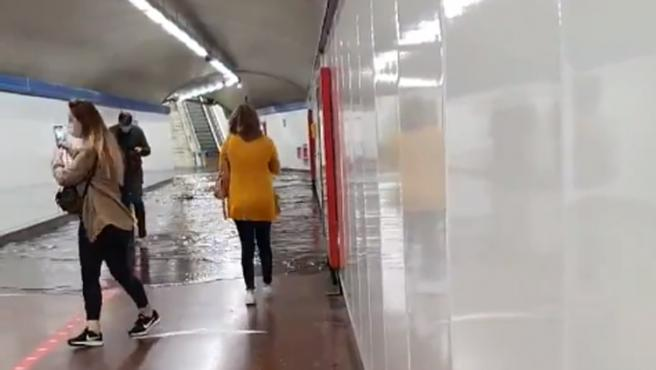 """Metro de Madrid ha anunciado este jueves una incidencia que ha obligado a interrumpir el servicio en varias líneas durante más de media hora. Desde el servicio de transportes han explicado a 20minutos.es que se han producido """"una serie de incidencias por la tromba de agua caída en Madrid. Algunos usuarios han compartido algunas imágenes de las estaciones completamente anegadas por la lluvia."""