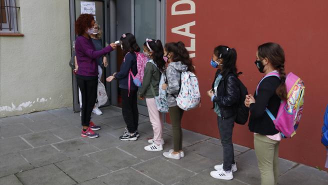 Alumnos de la escuela de Manlleu (Barcelona) haciendo cola este jueves para que les tomen la temperatura.