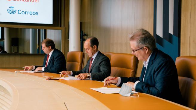 Correos y Banco Santander firman un acuerdo para prestar servicios financieros básicos.