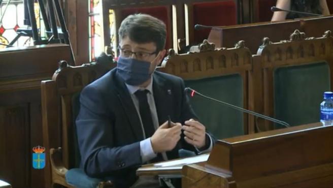 El consejero de Industria, Empleo y Promoción Económica, Enrique Fernández, en comisión parlamentaria.