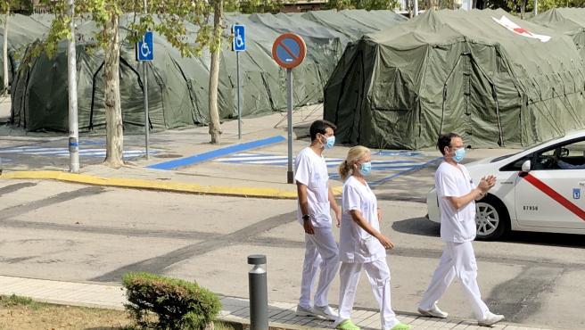 Tres sanitarios en el exterior del Hospital Gómez Ulla de Madrid, en septiembre de 2020.