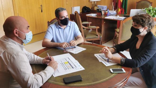 La alcaldesa de Socuéllamos, Elena García, ha mantenido una reunión con el director general de Desarrollo Rural de la Junta de Comunidades de Castilla- La Mancha, José Juan Fernández.