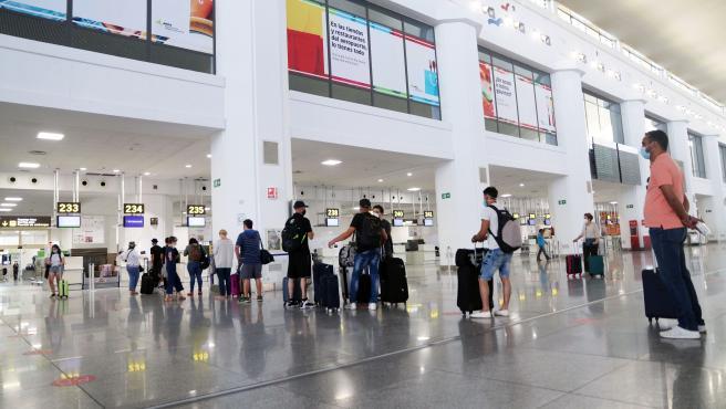 MLG 22-06-2020.-Salida de turistas y residentes al aeropuerto Pablo Ruiz Picasso, después que el Gobierno abriera las fronteras en el primer día sin Estado de Alarma por el virus COVID-19.-ÁLEX ZEA.