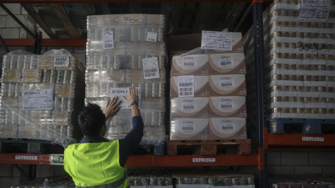 Personal del Banco de Alimentos durante el etiquetado de productos