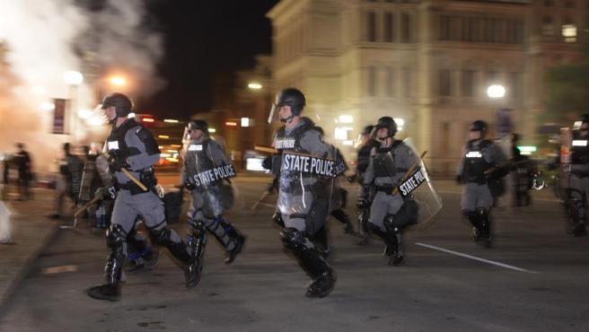 Policías con material antidisturbios, durante las protestas en Louisville (Kentucky, EE UU) tras el fallo judicial que exculpó a los tres agentes involucrados en la muerte a tiros de la joven afroamericana Breonna Taylor.