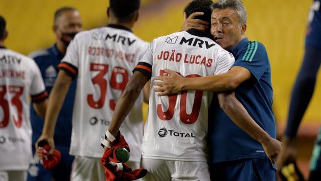 El entrenador de Flamengo, el español Domènec Torrent, abraza a Joao Lucas al final de un partido del grupo A de la Copa Libertadores entre el equipo brasileño y el Barcelona SC, en el estadio Monumental Isidro Romero, en Guayaquil (Ecuador).
