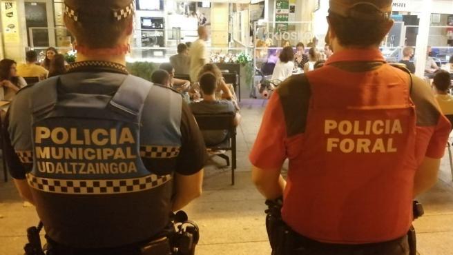 Un agente de la Policía Municipal de Pamplona y otro de Policía Foral vigilan el cumplimiento de la normativa sanitaria