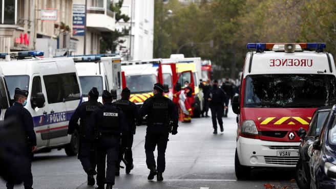 Autoridades y sanitarios en el lugar del ataque.