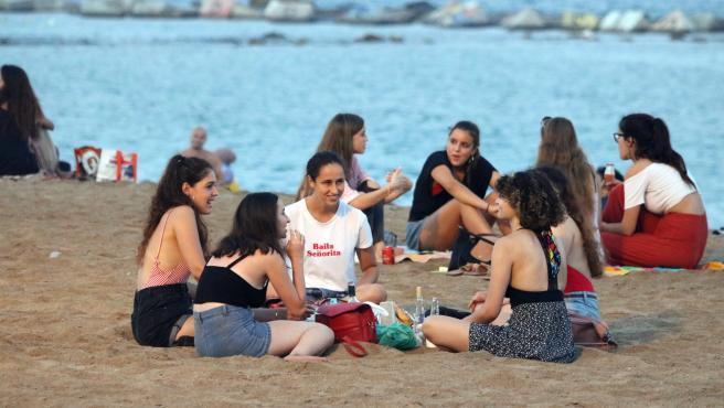 Un grupo de personas hacen botellón en la playa de la Barceloneta, el 28 de julio de 2020.