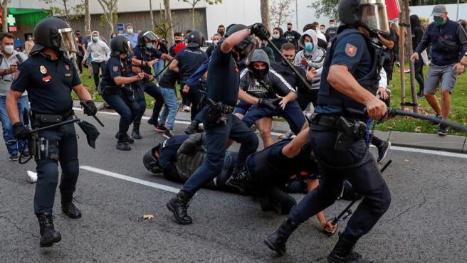 Agentes de Policía cargan contra un grupo de manifestantes que protestaban en favor de la Sanidad Pública y contra los confinamientos selectivos, en Madrid.