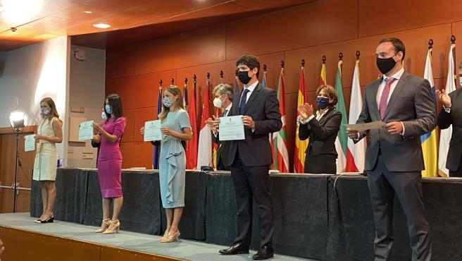 Los nuevos jueces reciben sus diplomas.