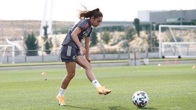 Olga Carmona, jugadora del Real Madrid femenino, durante un entrenamiento
