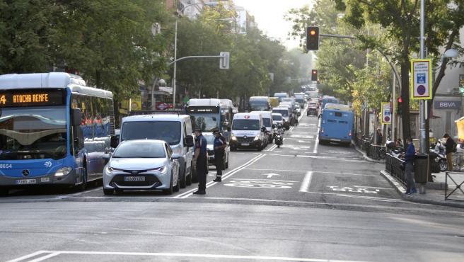 Control policial en Puente de Vallecas, una zona con restricciones contra la Covid en Madrid.