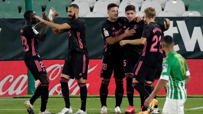 Los jugadores del Real Madrid celebran el 0-1 ante el Betis