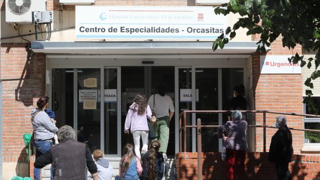 Varias personas esperan para ser atendidos en el Centro de Especialidades de Orcasitas, en Madrid.