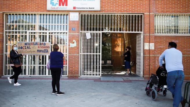 Un grupo de vecinos esperan para ser atendidos en el centro de Salud del distrito de Cuzco, en Fuenlabrada.